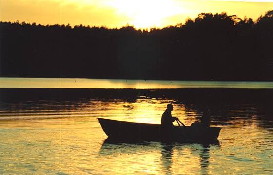 по реке плывет лодка и плот легче для гребца