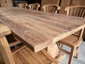Грубый обеденный стол