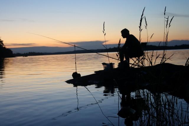 Рыбачить на озере